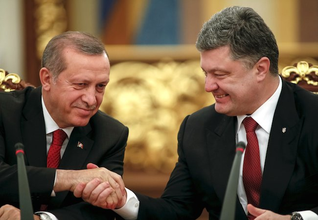 Ukrainian President Petro Poroshenko (R) shakes hands with Turkey's President Tayyip Erdogan after a signing ceremony in Kiev March 20, 2015.  REUTERS/Gleb Garanich